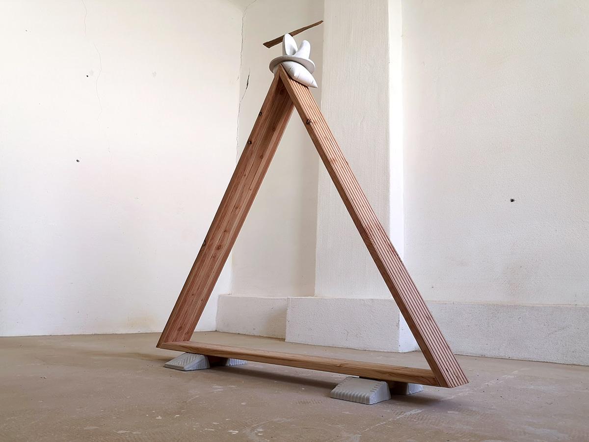 Drieckige Skulptur aus Holz